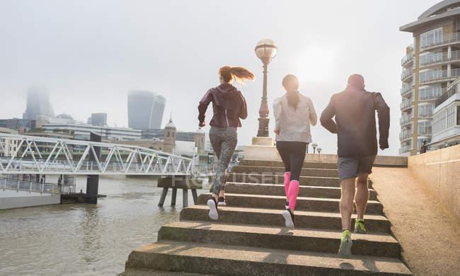 Бігуни підбігаючи Сонячний міської набережної сходинки — стокове фото