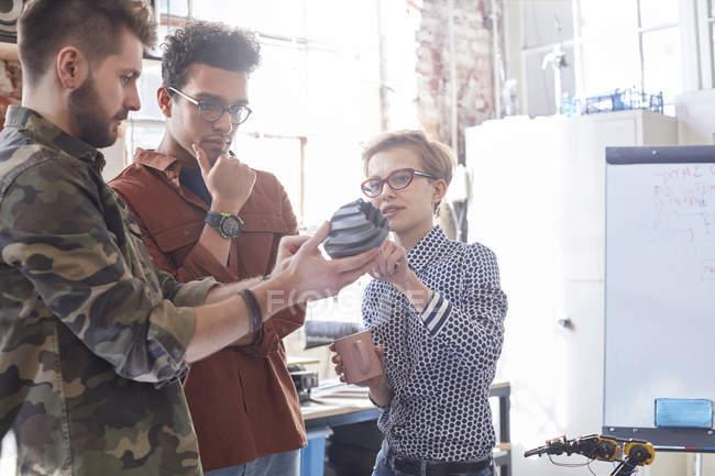 Designers de reunião, examinando o protótipo na oficina — Fotografia de Stock
