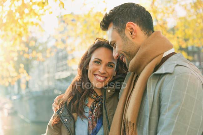 Porträt lächelndes, liebevolles Paar auf der Herbststraße — Stockfoto