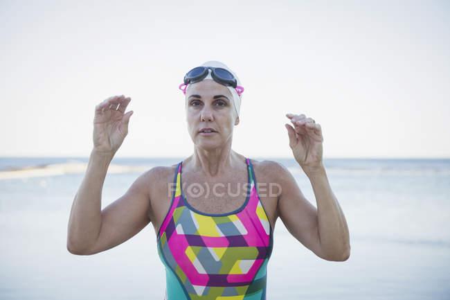 Жіночий плавець в океан на відкритому повітрі — стокове фото