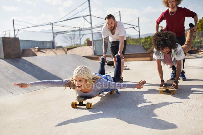 Грайливий друзів на скейтборд в Сонячний Скейт-парк — стокове фото