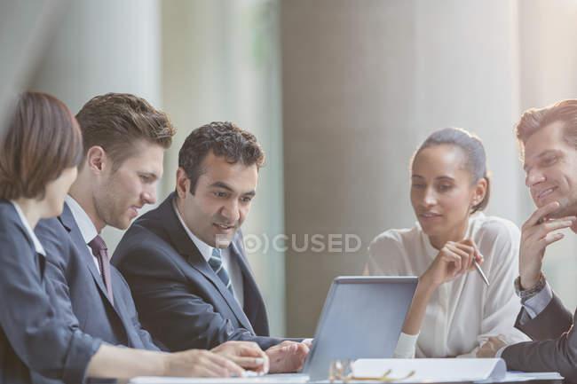 Ділових людей, використовуючи ноутбук у конференц-залі зустріч — стокове фото