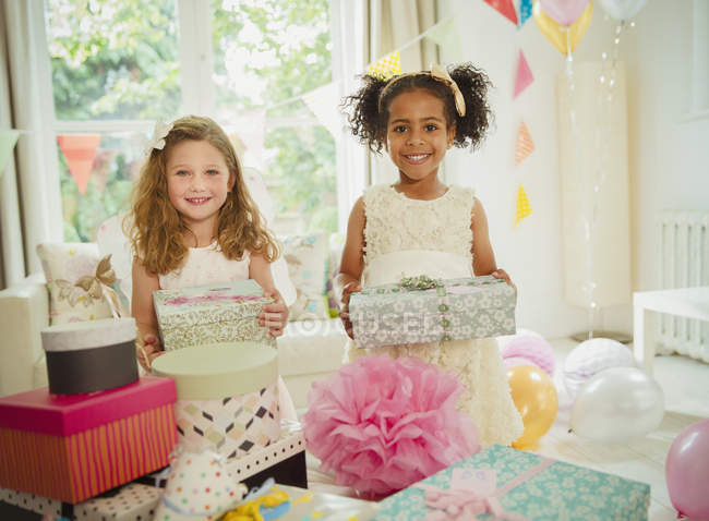 Портрет, улыбаясь девушек подарки дня рождения — стоковое фото