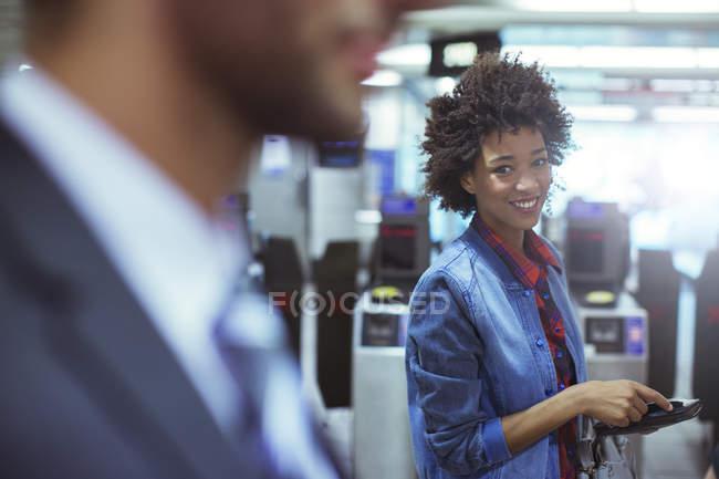 Femme souriante en train station — Photo de stock