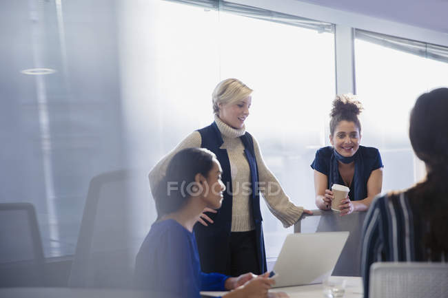 Женщины-предприниматели говорят, работающих в обслуживание совещания Конференции — стоковое фото