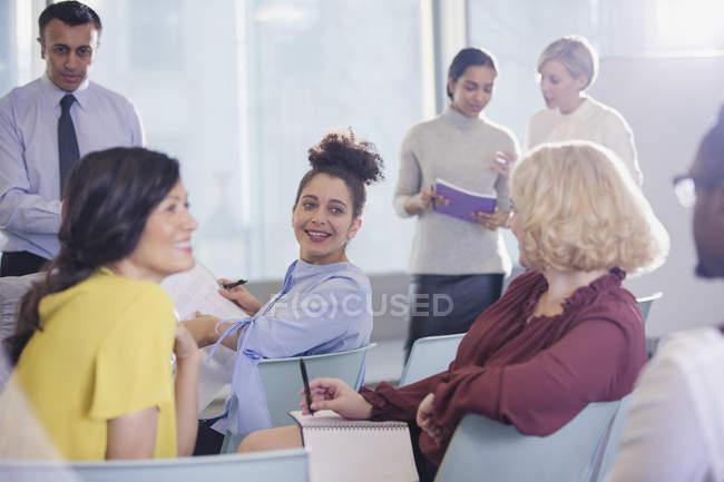 Ділових людей говорити в конференції аудиторії — стокове фото