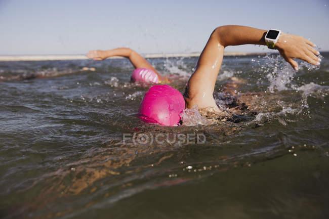 Femmes actives nageurs à l'océan, à l'extérieur pendant la journée — Photo de stock