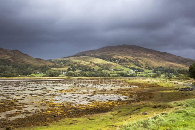 Gewitterwolken über ruhige Hügellandschaft, Appin, Argyll, Schottland — Stockfoto