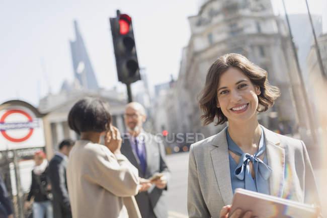 Donna di affari sorridente, fiducioso di ritratto sulla strada soleggiata città urbana — Foto stock