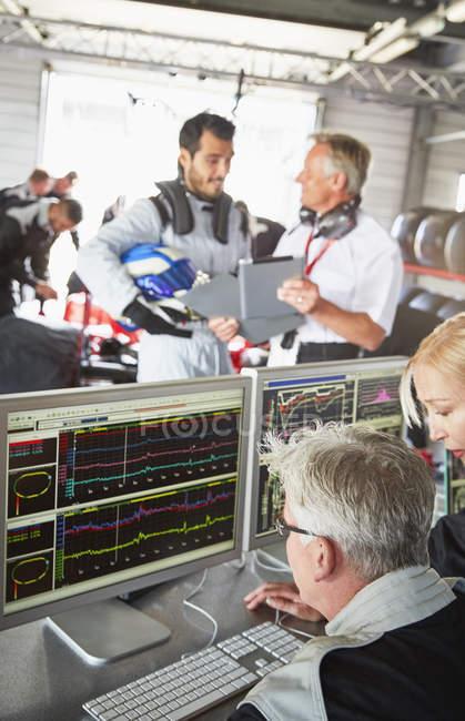 Formel-1-Team überprüft Diagnose in Reparaturwerkstatt — Stockfoto