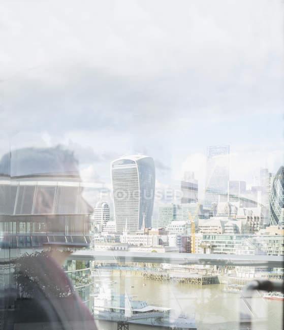 Hombre de negocios pensativo mirando la ciudad urbana vista, Londres, Reino Unido - foto de stock