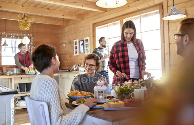 Amici a mangiare e da appendere fuori al tavolo cabina — Foto stock
