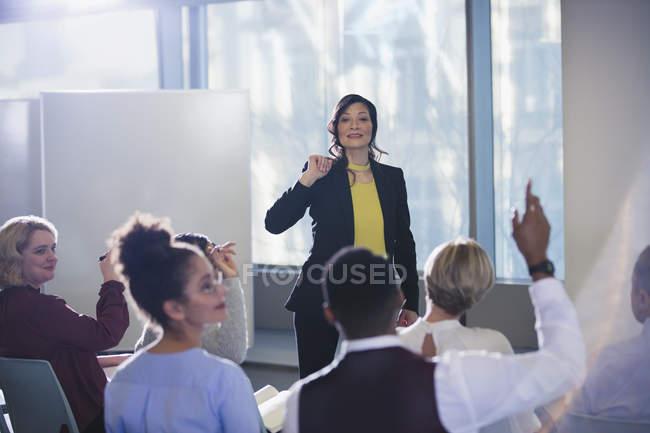 Geschäftsfrau, die führende Tagung, beantworten Fragen aus dem Publikum — Stockfoto