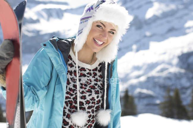 Ritratto di donna sorridente con gli sci — Foto stock
