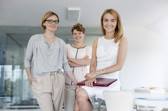 Уверенные в себе женщины-архитекторы в конференц-зале — стоковое фото