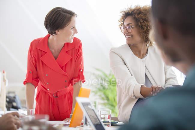 Работники офиса разговаривают за столом в современном офисе — стоковое фото