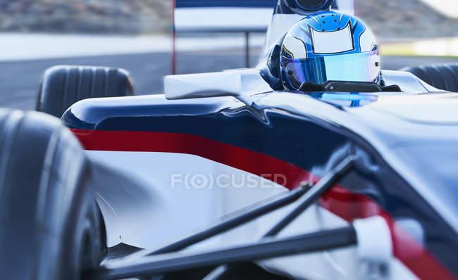 Formel 1 Rennfahrer am Sportplatz — Stockfoto