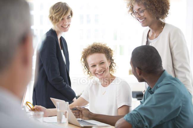 Группа офисных работников разговаривает за столом — стоковое фото
