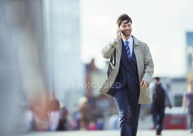 Uomo d'affari che parla al cellulare all'aperto — Foto stock