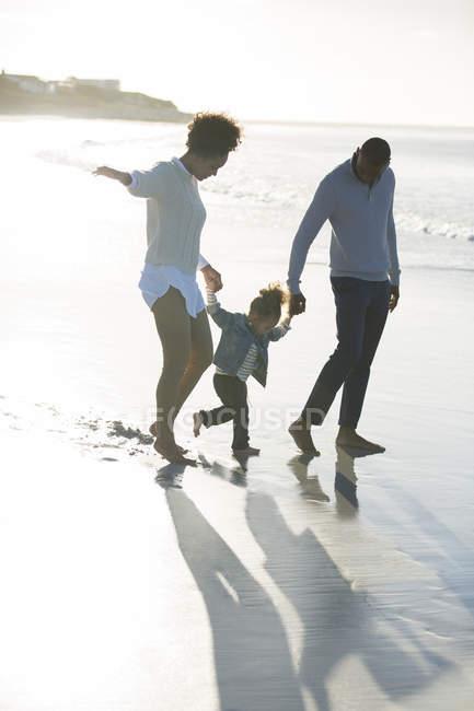 Famiglia felice divertirsi sulla spiaggia — Foto stock