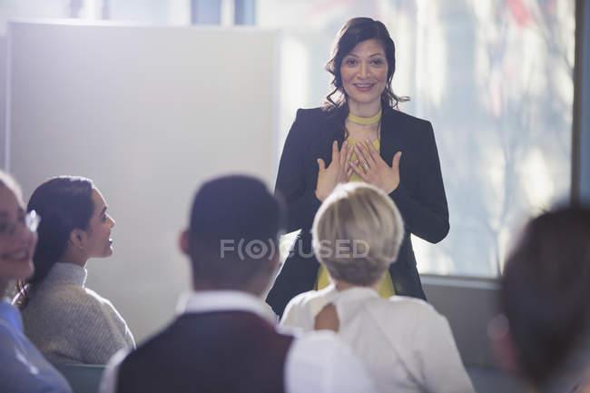 Donna di affari che gesturing, che conduce la riunione della conferenza — Foto stock