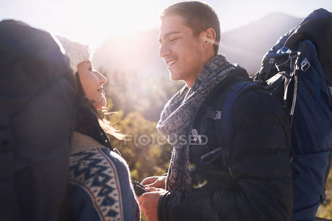 Молода пара з рюкзаками, Піші прогулянки — стокове фото