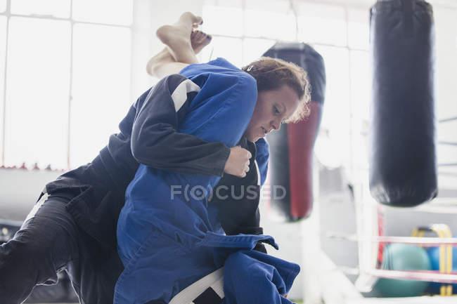 Entschlossenen Frau üben Judo, Bekämpfung im Fitness-Studio — Stockfoto