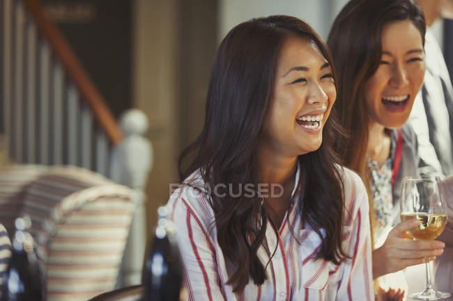 Сміючись жінки друзі пити вино в барі — стокове фото