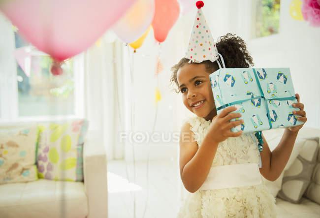 Цікаво Чорна дівчина струшування подарунок до дня народження — стокове фото