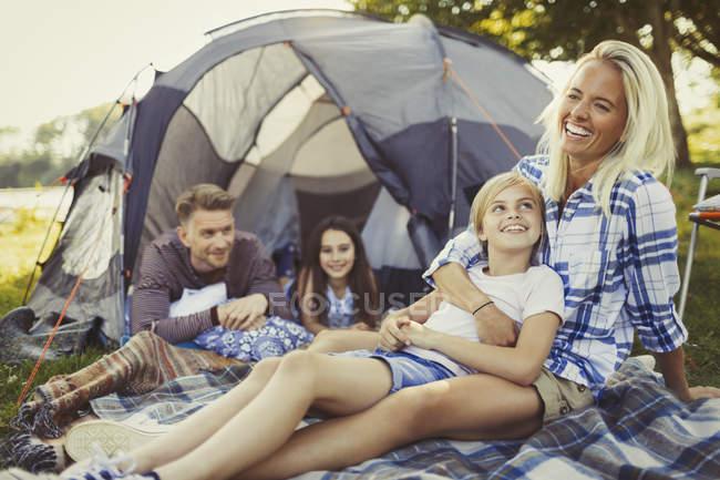 Усміхаючись, сімейного відпочинку за межами наметі кемпінгу — стокове фото