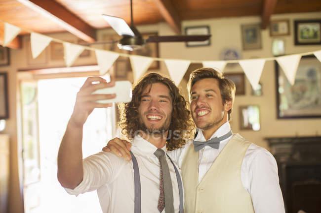 Bräutigam und Trauzeugen Fotografieren selbst im Wohnraum — Stockfoto