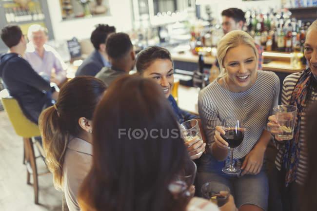 Freundinnen trinken und reden an der Bar — Stockfoto