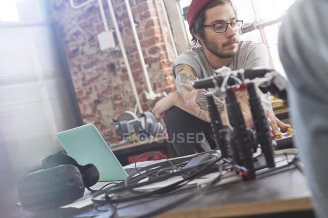Programador de computador masculino eletrônica na oficina de programação — Fotografia de Stock