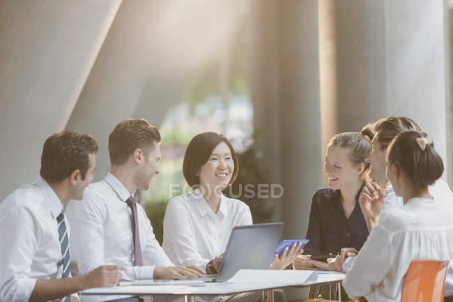 Pessoas de negócios conversando no laptop na reunião da sala de conferências — Fotografia de Stock