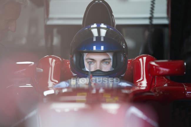 Формула 1 гонщик в шлеме — стоковое фото