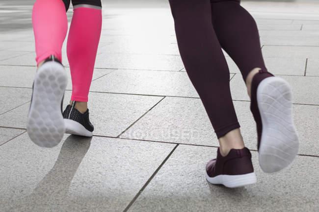 Füße von Läuferinnen Joggen hautnah — Stockfoto