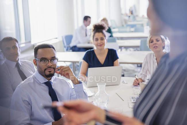 Деловые люди слушают в конференц-зале — стоковое фото