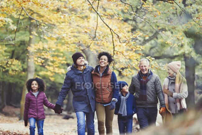 Мульти покоління родини ходити в осінній ліс — стокове фото