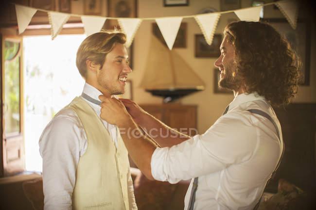 Epoux et meilleur homme prépare pour la cérémonie de mariage — Photo de stock