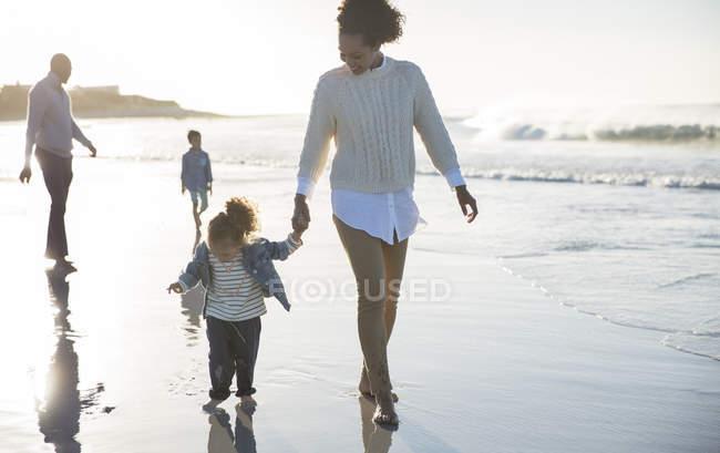 Família feliz se divertindo na praia — Fotografia de Stock