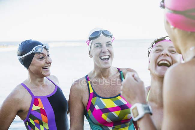 Nageurs actives femmes souriant à l'océan, à l'extérieur — Photo de stock