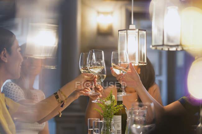 Жінки друзями тостів білий чарки Обідня стіл ресторан — стокове фото