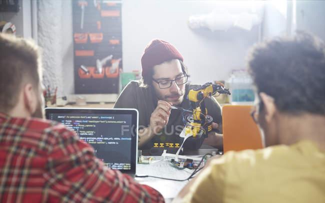 Programadores de computador programação robótica na oficina — Fotografia de Stock