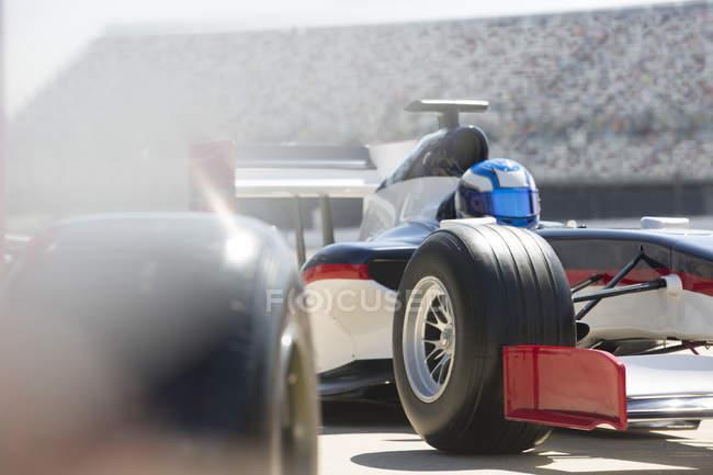 Formel 1 Rennwagen und Fahrer in der Boxengasse — Stockfoto