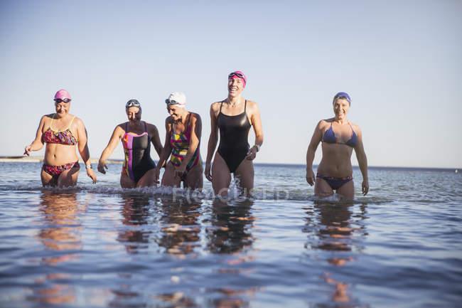 Femininos nadadores ativos no oceano ao ar livre — Fotografia de Stock