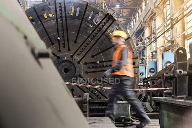 Bewegungsunschärfe Seitenansicht der Stahlarbeiter gehen in Betrieb — Stockfoto