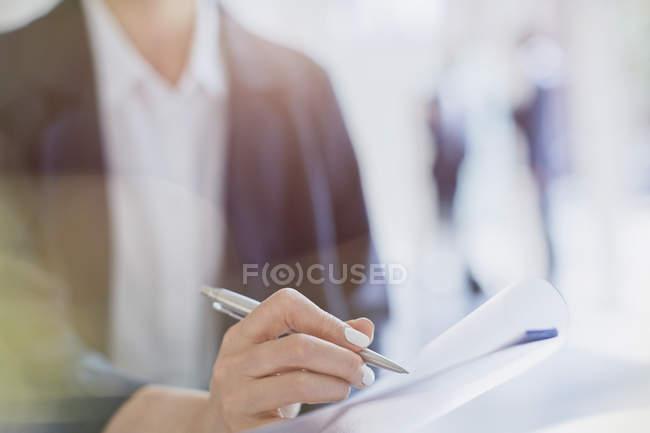 Close up donna d'affari prendere appunti in riunione — Foto stock