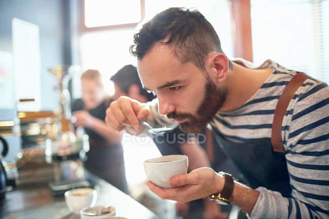 Male coffee roaster tasting coffee — Stock Photo