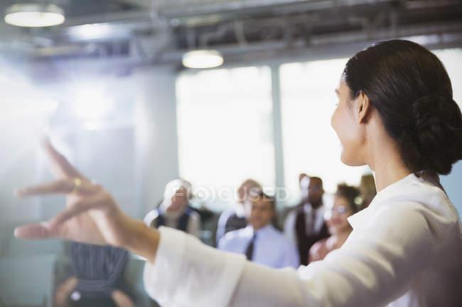 Empresária levando apresentação conferência — Fotografia de Stock