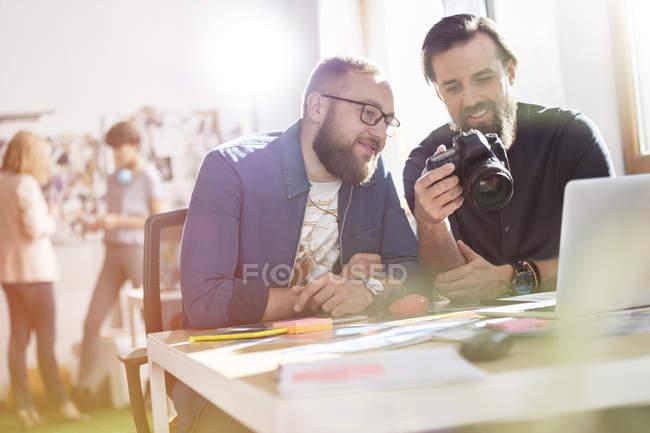 Fotografi professionisti del design con fotocamera reflex in ufficio — Foto stock